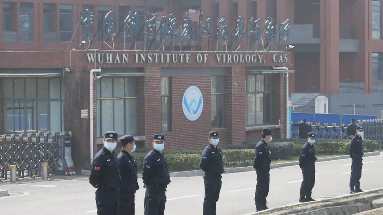 Des agents de sécurité devant l'Institut de virologie de Wuhan (Chine), le 3 février 2021.