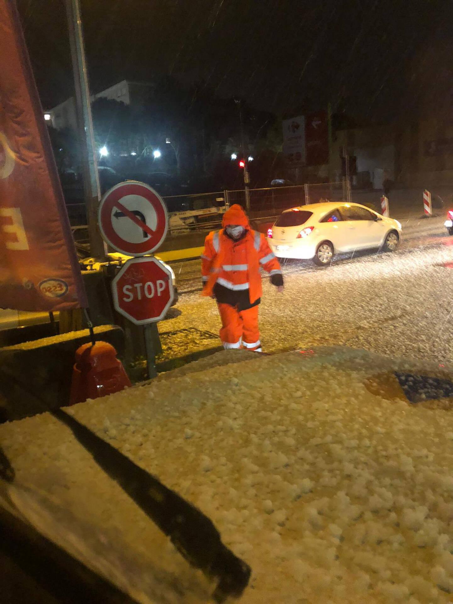 Du côté de Juan les services de la protection civile se sont employés à nettoyer les routes chargées de grêle.