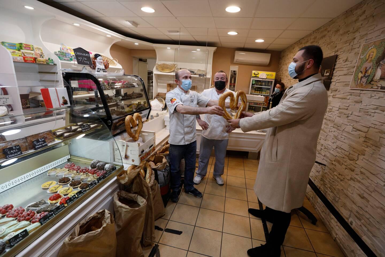 Un pain en forme de coeur offert par Frédéric Roy et Daniel Cheminal pour les étudiants  en état de précarité