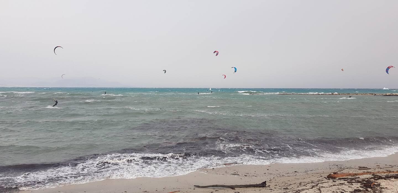 Une quinzaine de kitesurfeurs ont profité des conditions, ce samedi après-midi à Antibes.