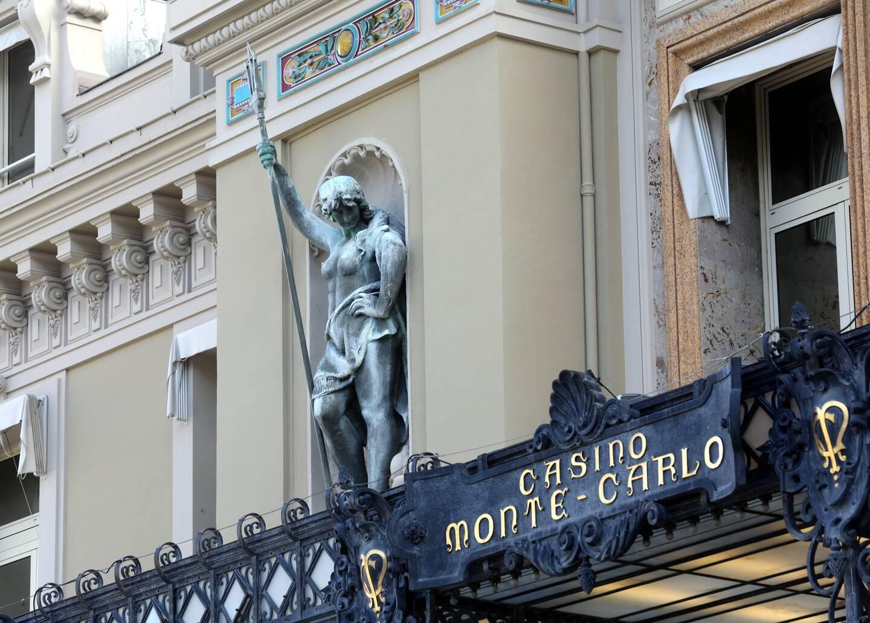 Après la rénovation de la première des deux statues de la façade du Casino en novembre dernier, le travail se poursuit pour un mois. (Photo Jean-François Ottonello)