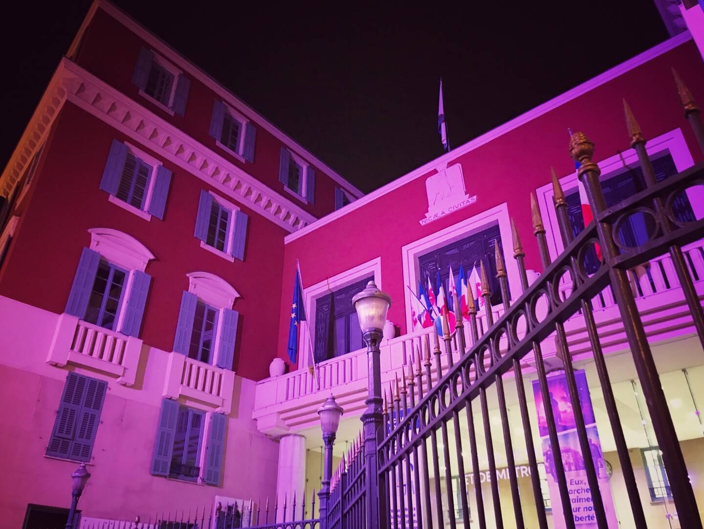 L'hôtel de ville de Nice éclairé en violet pour la journée internationale de l'épilepsie.