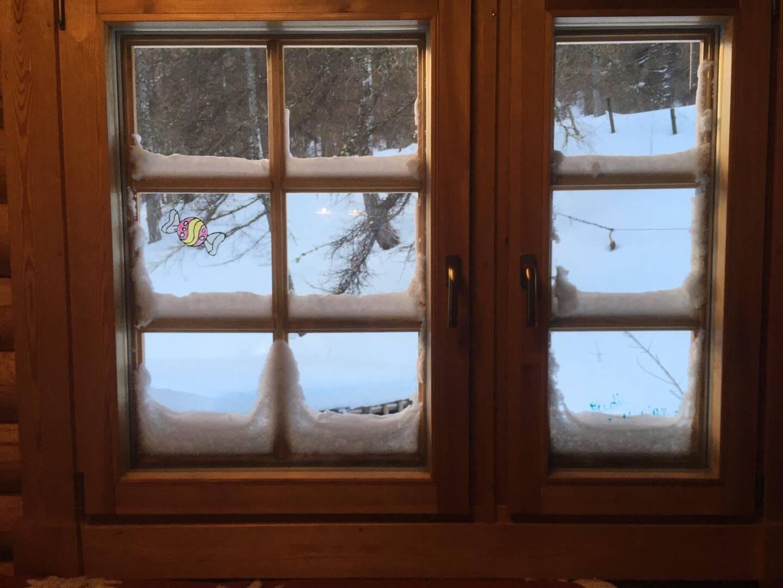 Les Mélèzes, leur hôtel-restaurant à l'arrêt forcé, leur offre un refuge douillet contre les morsures de l'hiver.