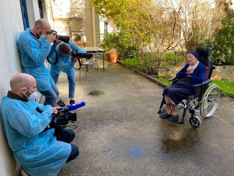 Le compte Twitter de l'Ehpad Sainte-Catherine Labouré publie des photos de la crépitante 117e journée d'anniversaire de Sœur André