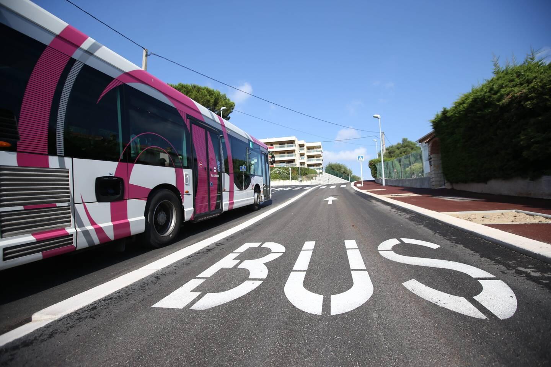 Route de Grasse, le bus tram avance méthodiquement.