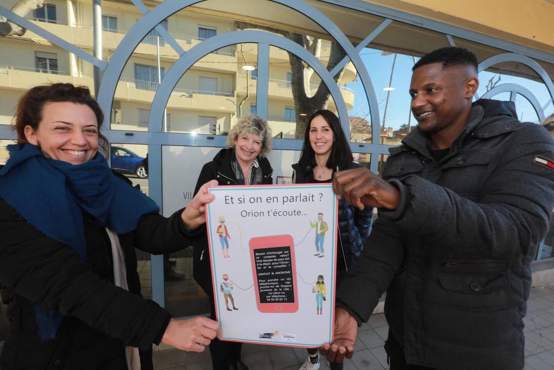 Audrey Scotto, en charge du développement et de la communication d'Orion, Edwige Marino, élue, Raphaëlle Carrassan, présidente d'Orion et Moustafa Diallo, coordinateur au Service jeunesse présentent les affiches à destination des jeunes.