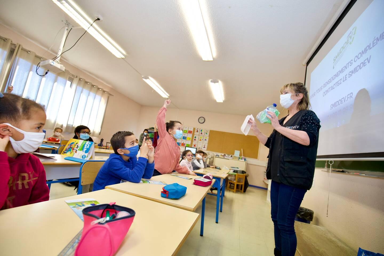 Nancy Artaud, membre de l'équipe du Smiddev, interroge les élèves sur les différents types de déchets.