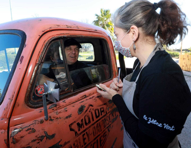 Une fois la commande prise par Sarah, à même véhicule du client, Thierry se met aux fourneaux pour préparer les burgers, à base de produits locaux et frais. Quelques minutes plus tard, le repas est amené sur un plateau, et déposé sur la portière du véhicule. La dégustation se fait sur le parking où dix places sont disponibles.