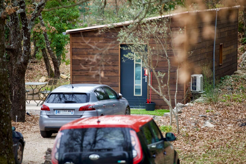 Le suspect n'aurait pas supporté de voir vivre des personnes sur un terrain appartenant à ses grands-parents.