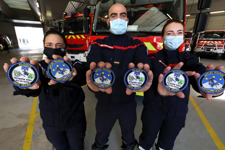 Cécile Utrago, Régis Courtin et Ornella Rofani présentent les écussons souvenir.