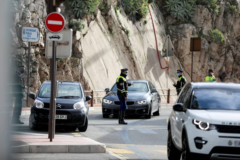 Contrôle de mise mardi aux différents accès de Monaco, comme ici devant le Jardin exotique.