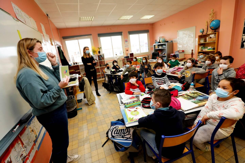 Anna, la stagiaire anglaise, intervient dans de nombreuses matières, comme la géographie ou le sport par exemple.