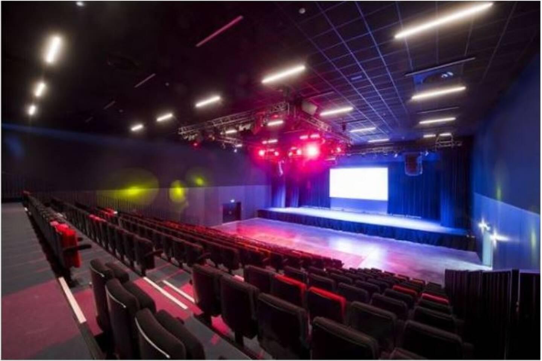 La salle de spectacle du casino dispose de 300 places assises et d'un écran de six mètres sur quatre.