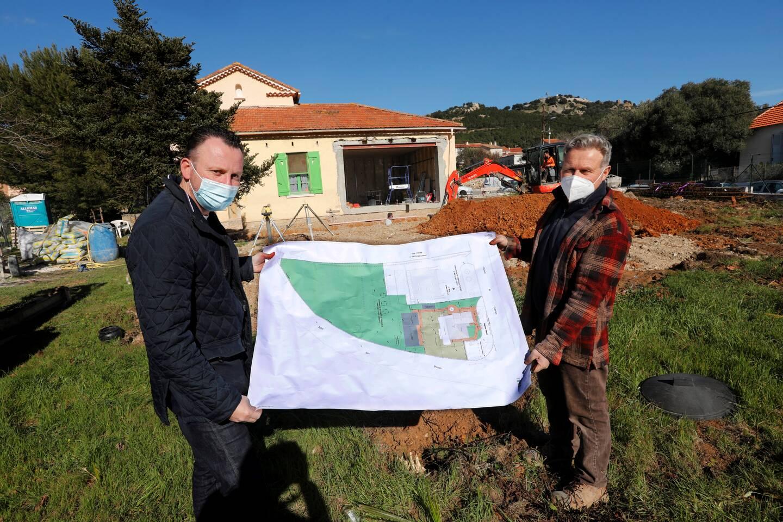 Jean-Pierre Coudrier, en charge du gros œuvre, et Serge Hérisson, architecte, sont deux des nombreuses personnes qui s'occupent du chantier.