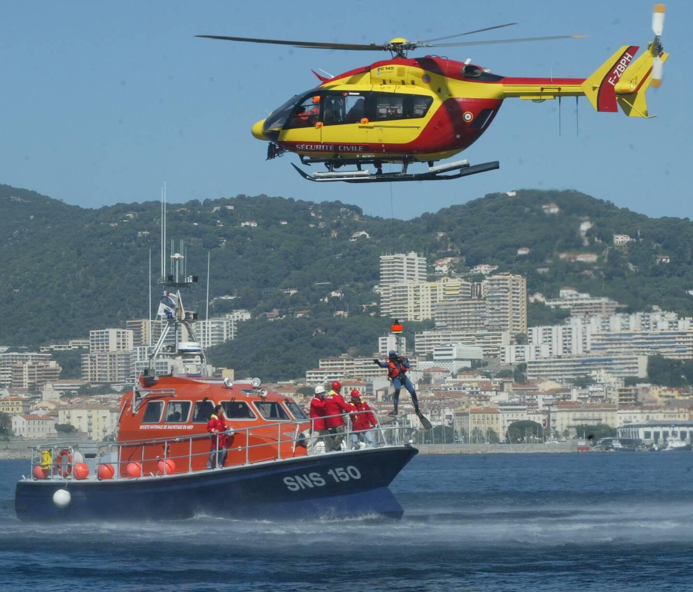 Le CrossMed coordonne les opérations de sauvetage en mer, comme ici avec un hélicoptère du Sdis et une navette de la SNSM.
