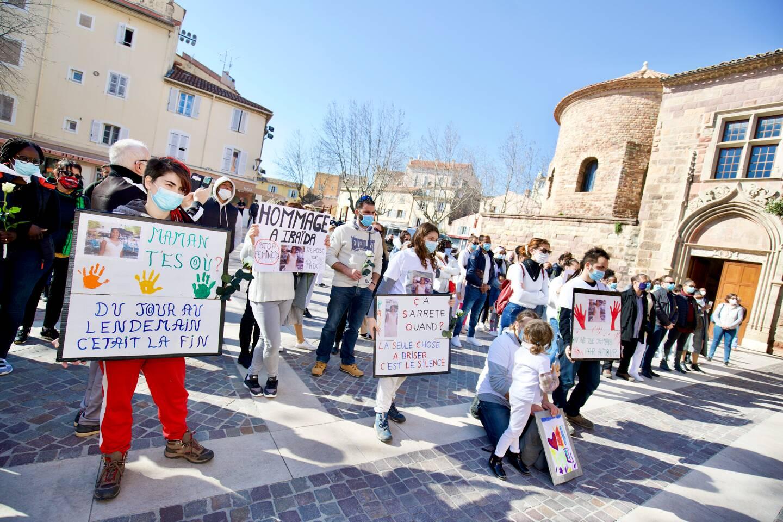 Plusieurs participants avaient préparé des pancartes avec des messages.