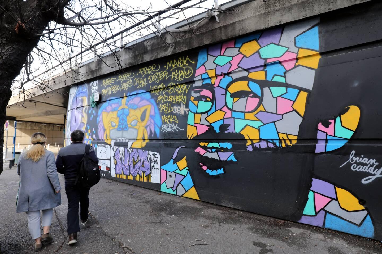 Brian Caddy utilise des couleurs vives sous forme de mosaïque.