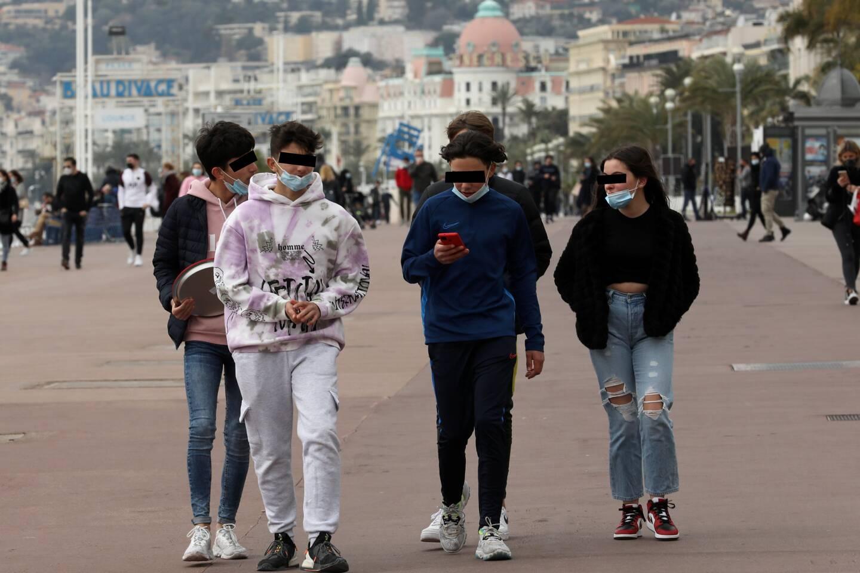Masque sous le menton, des jeunes se sont offert une bouffée d'oxygène, hier, sur la Prom' déserte.