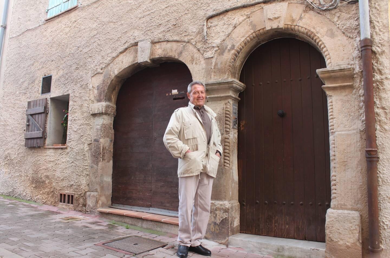 Jean-Claude Vincent, passionné par l'histoire du village, devant la maison édifiée en 1698 sur les ruines de la taverne la Ribieiro » où le roi fit halte, brûlée lors de la révolte des « bonnets rouges » en 1675. (Photo M. R.)