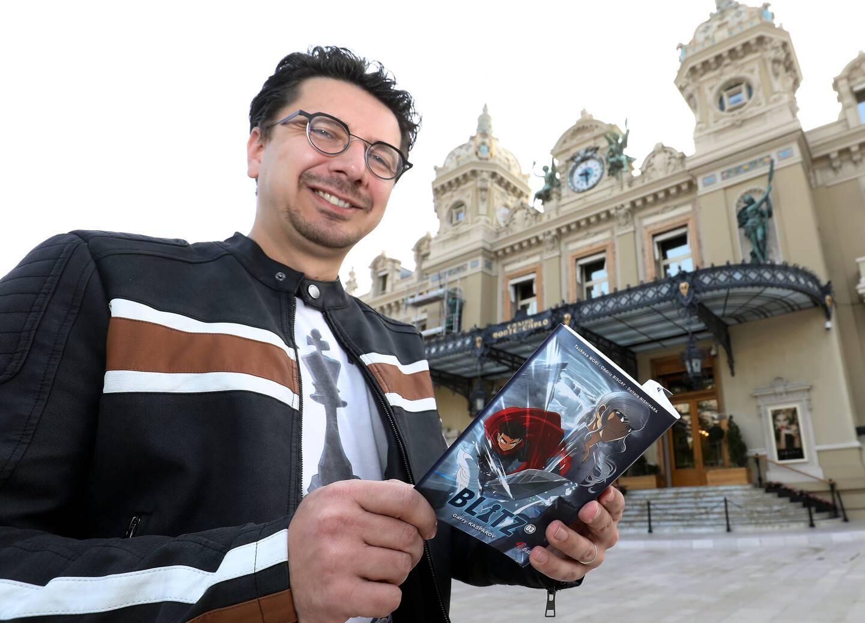 Cédric Biscay devant le casino qui apparaît en quatrième de couverture du nouvel opus.