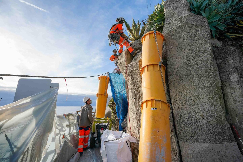 Le chantier est lancé depuis le printemps 2020, et particulièrement acrobatique pour les ouvriers à flanc de colline.
