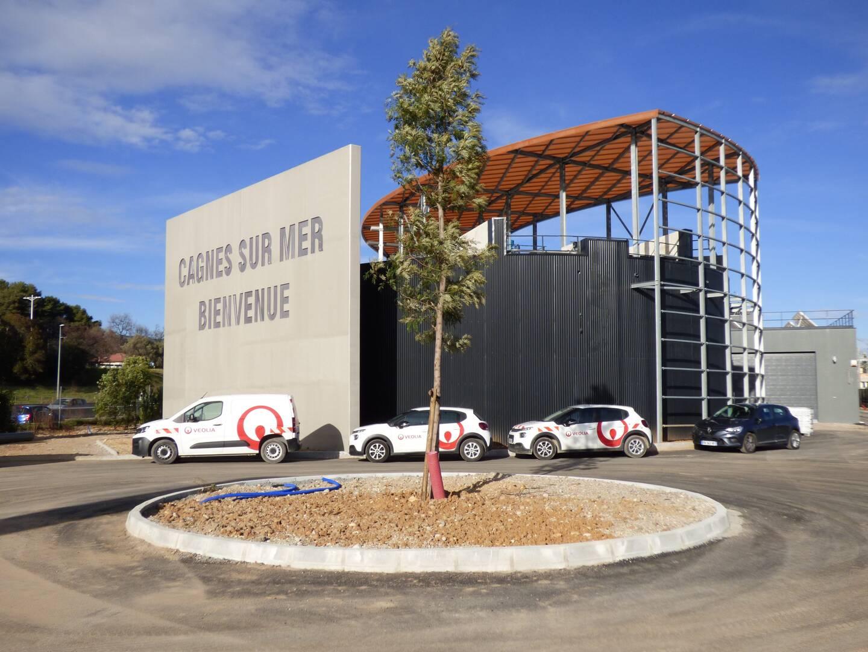 """La façade arrière d'Aeris, avec ses deux """"digesteurs"""" où les boues produisent le biogaz qui, épuré de son gaz carbonique, devient ensuite du biométhane."""