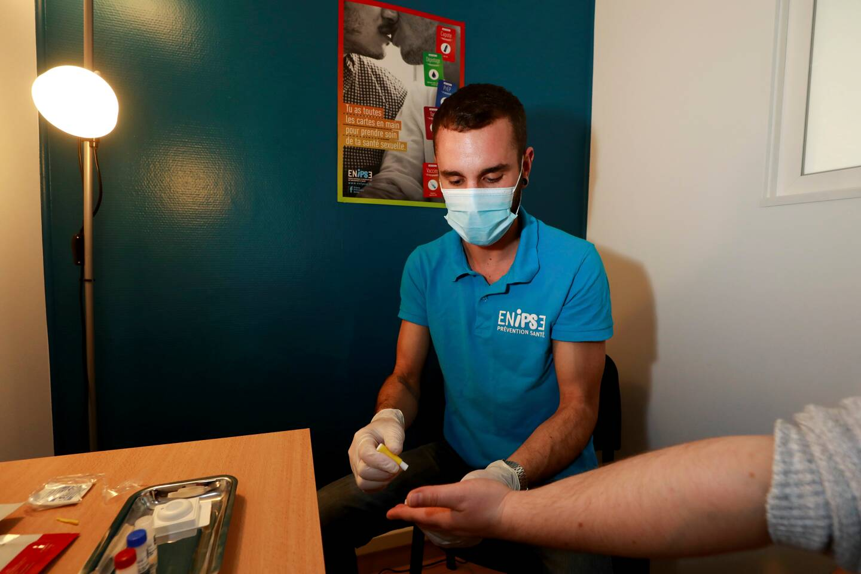 L'association pratique des tests de dépistage rapide du VIH et de l'hépatite C.