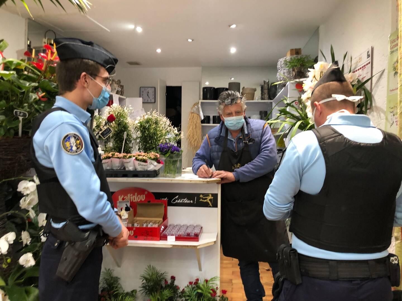 Les gendarmes ont arpenté la rue commerçante Marcellin-Maurel afin de contrôler l'application des mesures dans les magasins.