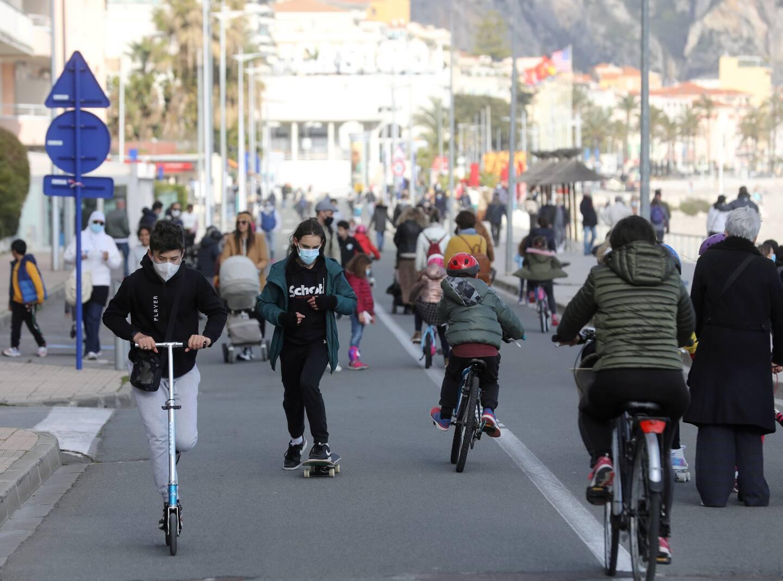 En l'absence des voitures, vélos et trottinettes investissent la chaussée.