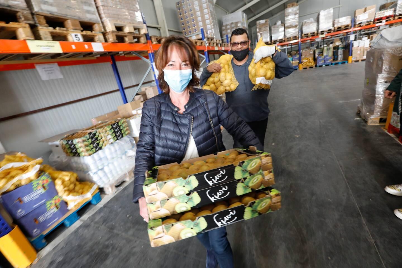 Ranger, décharger, charger les camions qui partent alimenter les centres : le quotidien des bénévoles. (Photo Frank Muller)