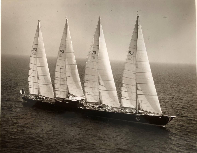 Toutes voiles dehors, lors de ses premiers essais à la mer au large de Toulon.