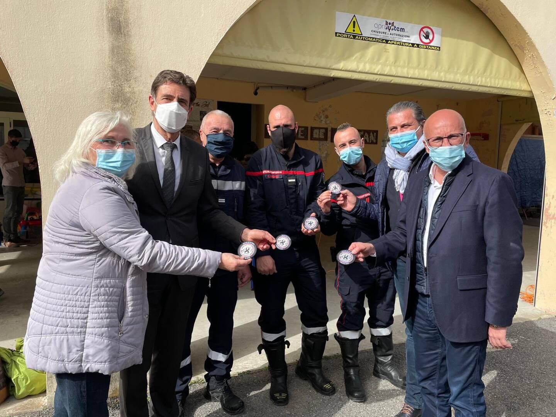 De gauche à droite, Brigitte Bresc (maire de Saorge), Charles-Ange Ginesy (président du Département), Philippe Oudot (maire de Fontan) et Eric Ciotti en compagnie des sapeurs-pompiers de la caserne de Fontan.