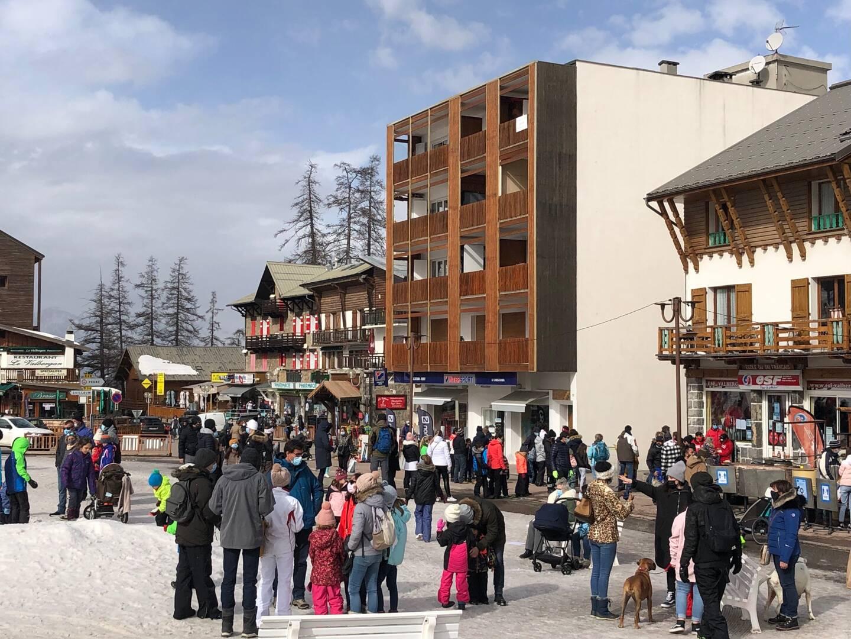 Les familles convergent vers le front de neige valbergan, lieu d'arrivée des cours de l'école de ski.