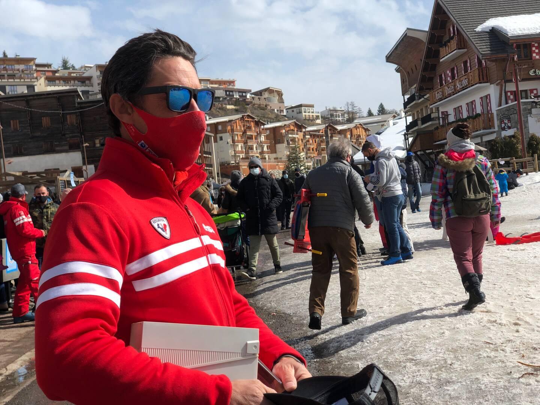 """""""Il n'y a pas beaucoup plus de monde que d'habitude"""", constate Julien Nicoletta, directeur de l'ESF de Valberg."""