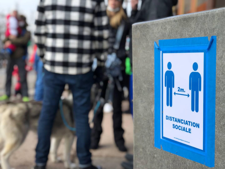 Un peu partout, des affiches rappellent les règles sanitaires en vigueur.