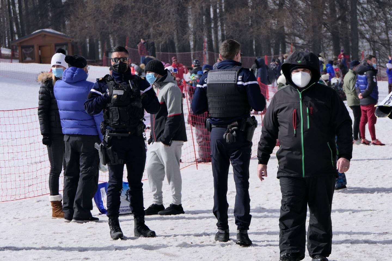 Les gendarmes veillent au respect du port du masque, même en bas des pistes.