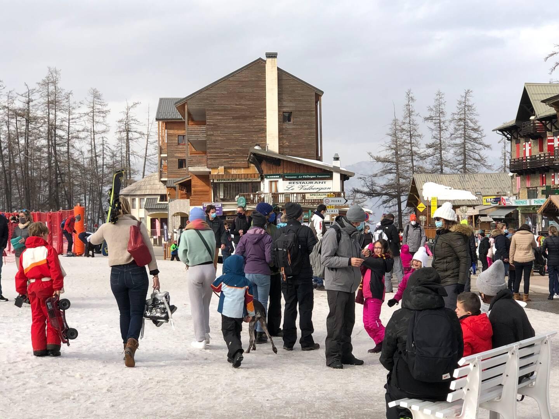 Ski (pour les enfants), raquettes, batailles de boules de neige et balades en poussettes rythment cette journée de vacances.