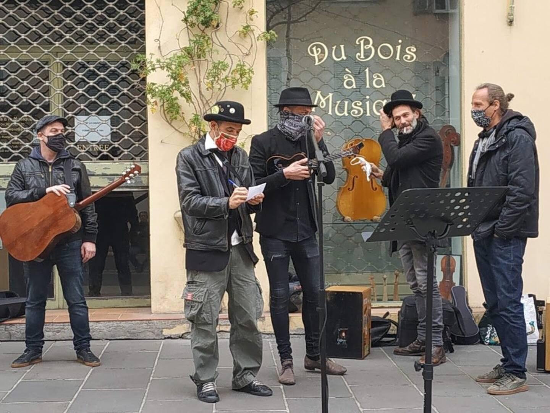 Une dizaine de personnes ont manifesté place Pellegrini à Nice leur soutien à la culture