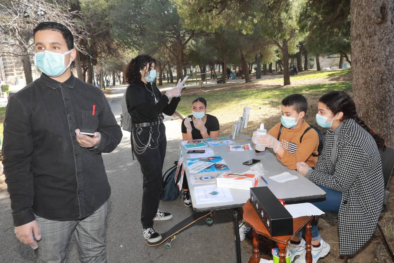 Les membres de Nous on dit Stop travaillent sur un projet de bande-dessinée collaborative. Ils sont ici dans le parc des Lices, à Toulon, à la rencontre du public.