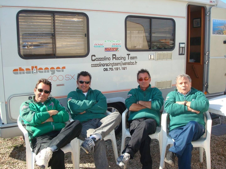 Laurent Cozzolino entouré de son fils Daniel à gauche, un mécanicien, et son autre fils Alain.