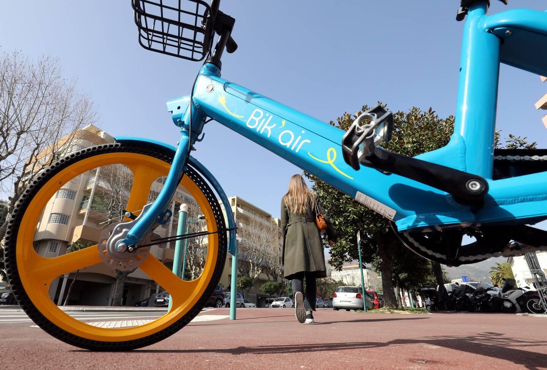 Depuis quelques jours, des vélos à assistance électrique (VAE) sont en libre-service et disponibles 24h/24 sur Menton. Pour les louer, il suffit de télécharger l'application Bik'Air.