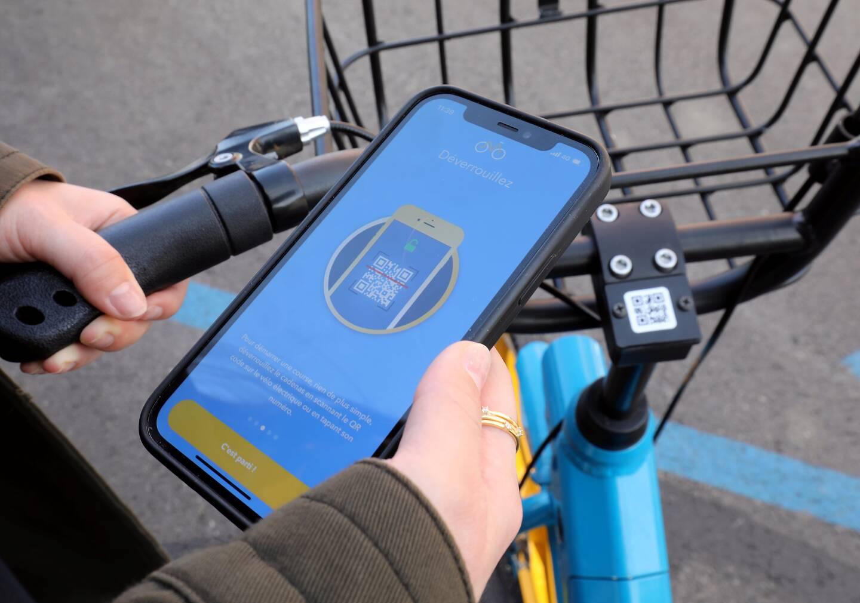 Il faut télécharger l'application Bik'Air, s'inscrire et entrer sa carte bancaire. La location d'un vélo coûte 15 centimes la minute.
