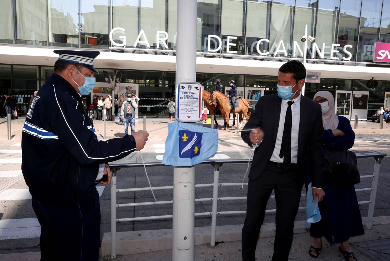 Une simple pression sur le bouton jaune permet d'entrer en contact avec le centre de protection urbain. L'objet a été inauguré par Yves Daros, chef de la police municipale et David Lisnard, maire de Cannes.