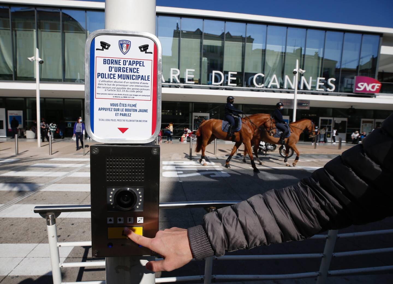 Quatre boutons comme celui-ci ont été installés à divers endroits de Cannes. Un dispositif qui vient compléter l'ensemble des caméras de surveillance.