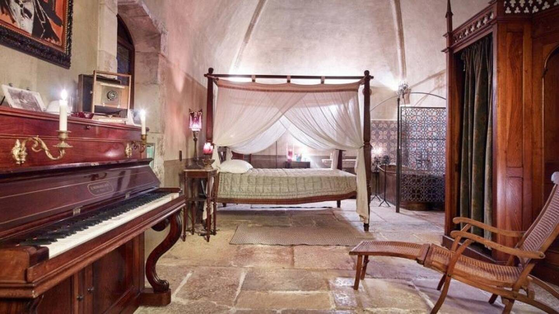 Le comédien-musicien a passé une grande partie de son confinement 2020 dans son domaine au cachet provençal où il enregistra également des sons du dernier album d'Hollywood Vampires, Rise, où il s'illustre à la guitare et au chant aux c ôtés d'Alice Cooper et Joe Perry.
