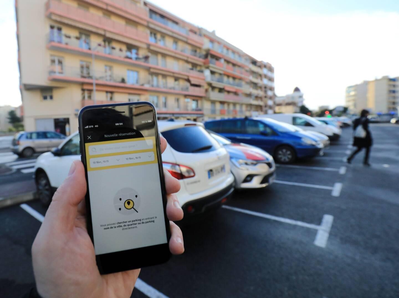 """Appréciée pour ses """"plus"""" (paiement à distance et paiement de la durée réelle de stationnement), l'application OPnGO est aussi critiquée pour la géolocalisation et pour des décalages dans le temps entre le paiement et le moment où il apparaît sur les appareils de contrôle des agents de Streeteo."""