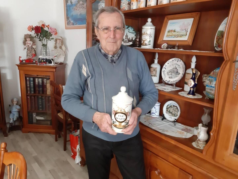 René a conservé de nombreux objets de l'ancienne pharmacie, offerts par son employeur.