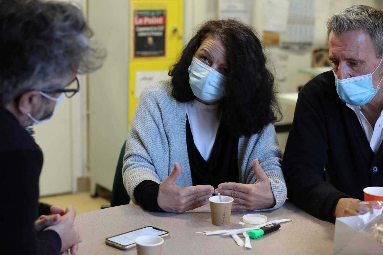 Nadine, aide-soignante aux urgences de l'hôpital Pasteur 2, a été blessée par un tir accidentel de stylo-pistolet. Elle est ici accompagnée de Michel Fuentes, secrétaire départemental Force Ouvrière santé des Alpes-Maritimes