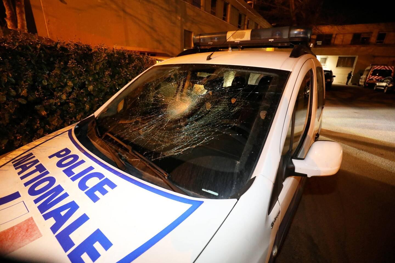 Un véhicule de police a été endommagé ce mardi après-midi. (Photo Philippe Arnassan)