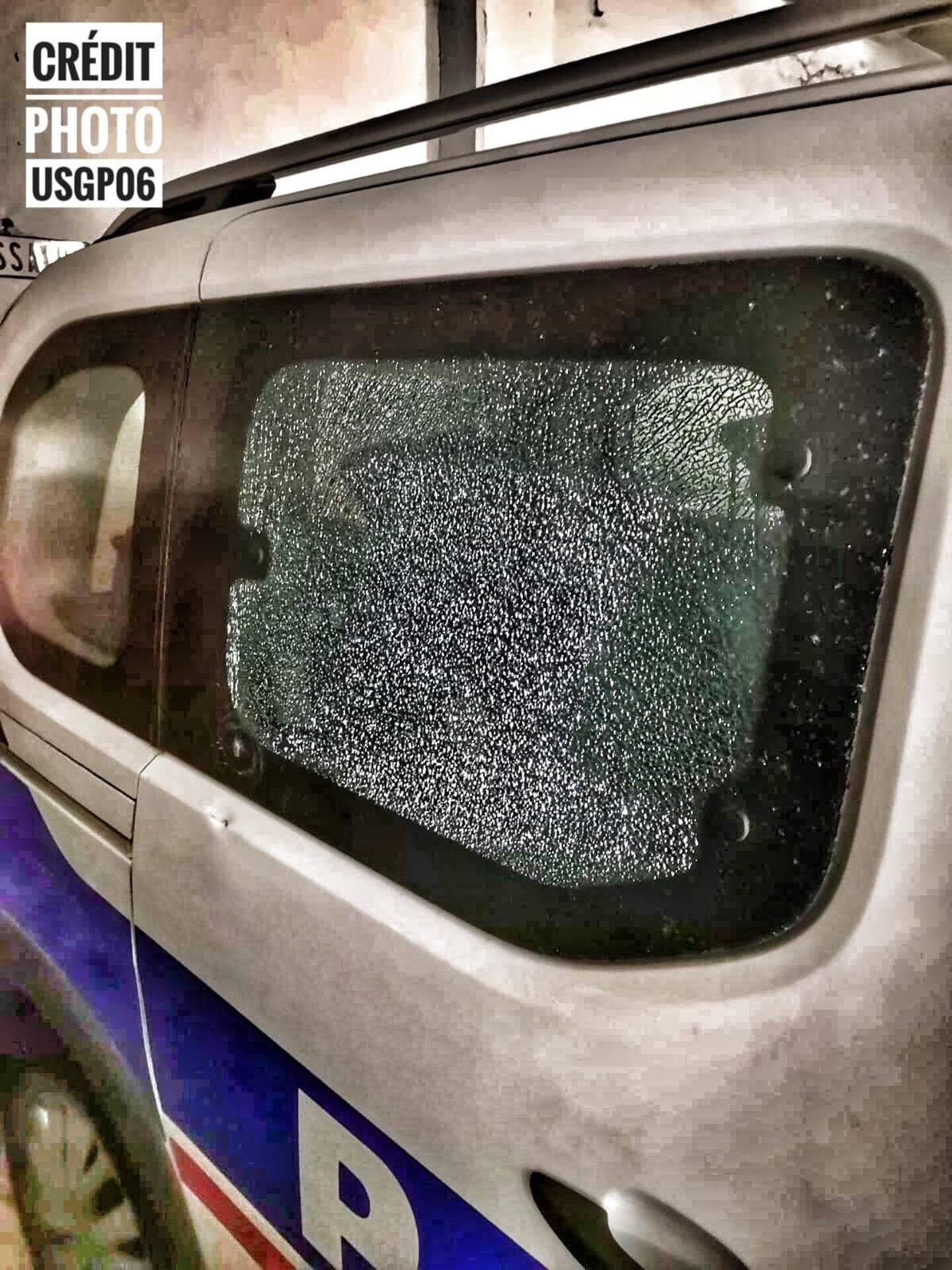 La vitre du véhicule de la patrouille de Vallauris a été endommagée mardi après-midi. (Photo Unité SGP Police 06)